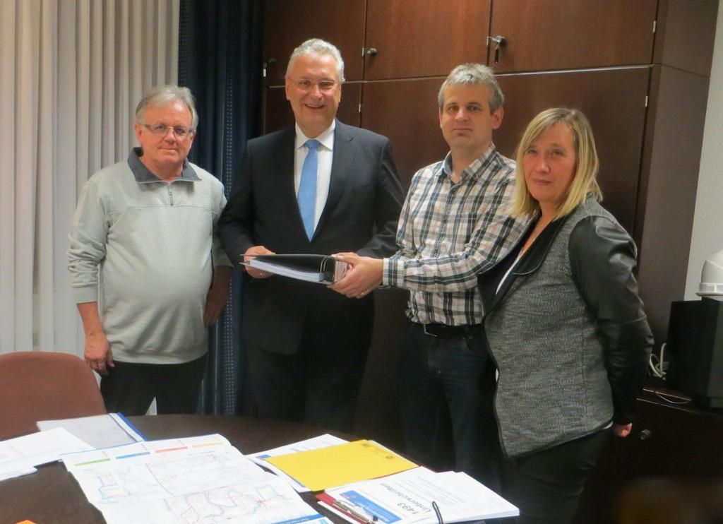mit Innenminister Herrmann bei der Unterschriftenübergabe, Wilfried Hoffmann, Minister Herrmann, Klaus Hoffmann, Andrea Dollinger
