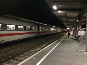 ICE-Zug der im Bahnhof Ansbach auf Gleis 2 hält! Entgegen von Berichten der Zug passt nicht rein